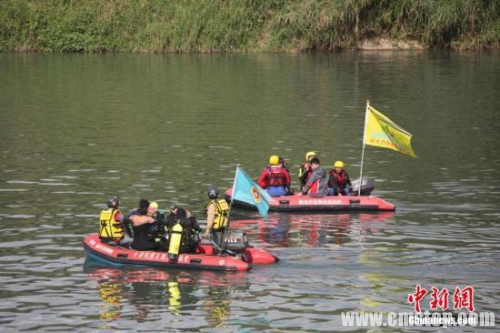 2月7日上午,台湾复兴航空班机坠河空难发生第4天,台北天气由阴雨转晴,气温回暖,基隆河河水能见度提升,搜救人员抓紧时机加大搜索力度,7日又寻获5具罹难者遗体。截至7日18时,台湾复兴航空空难已造成40人死亡,15人受伤,仍有3人失踪。中新社发 路梅 摄